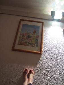 picioare pe pereti